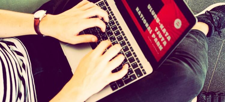 negocios online chica redactando una página web