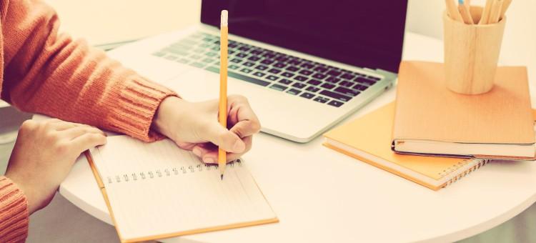 anotando las características que tiene un freelance o trabajador por cuenta propia