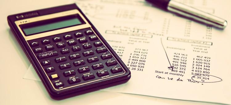 Calculadora y resultado contable para artículo de cómo llevar la contabilidad de una empresa o negocio